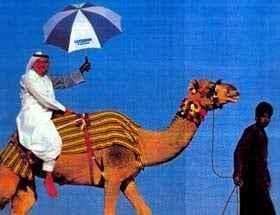 Kurt H. Illi mit Luzern-Regenschirm in der Wüste (c) Kurt H. Illi