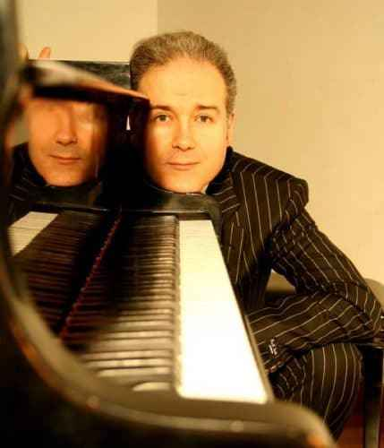 Dave Ruosch hinter Klavier