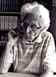 Dr. h. c. Marthe Gosteli beim Studium von Dokumenten im Gosteli-Archiv in Worblaufen (c) Marthe Gosteli