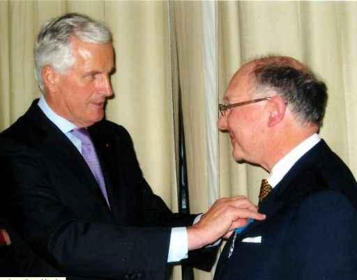 "Maître Bernhard Antony erhält den ""Ordre Nationale du Mérite"" von Michel Barnier (c) Maître Antony"