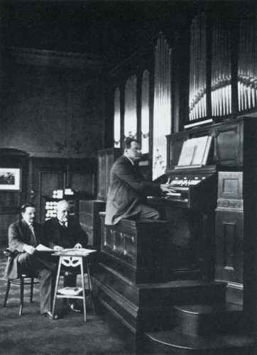 Max Reger at the Welte Company's recording organ. On the left: Edwin Welte and Karl Bockisch