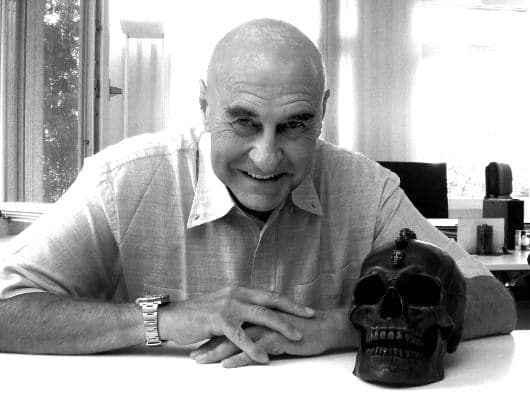 Dr. Valentin Landmann, mit seinem legendären Totenkopf, ein Symbol für die Vergänglichkeit. (c) Christian Dueblin