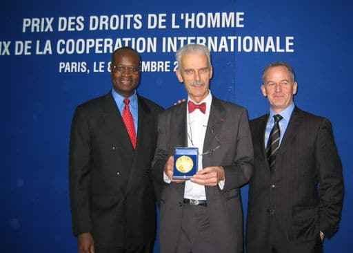 Verleihung des Menschenrechtspreises durch Dr. iur. Marco Mona in seiner Funktion als Präsident von APT