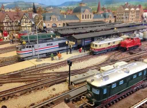 Einblick in Eisenbahnanlage C. Gfeller mit legendärer WESA-Lok Nr. 100 vorne rechts