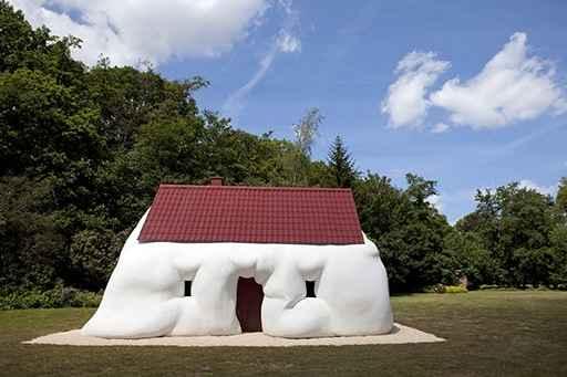 Erwin Wurm (2003) Fat House, Antwerp; Foto: Jesse Willems