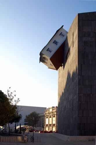 Erwin Wurm (2006) House attack; Foto: Lisa Rastl