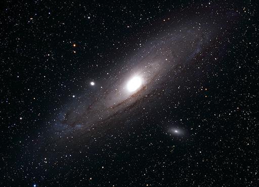Andromeda-Galaxie: Messier 31, die grösste Galaxie am Nordhimmel, unsere «Schwestergalaxie», RGB Aufnahme 2011, Val Müstair, 2h Gesamtbelichtungszeit, 106mm Refraktor/380mm Brennweite. Entfernung 2.5 Millionen Lichtjahre  (Foto: Marcel Süssli).