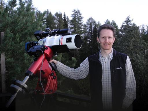 Marcel Süssli mit einem Teil seiner Ausrüstung für die Astrofotografie-Aufnahmen (Foto: Marcel Süssli).