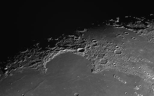 Mond Detailaufnahme, Montes Jura: rund 400 km langes Ringwallgebirge, 180mm Refraktor mit 5m Brennweite, Videosequenz: 500 Bilder aus 5000 selektiert und addiert (Foto: Marcel Süssli).