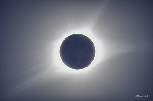 Totale Sonnenfinsternis, aufgenommen in den USA (Oregon), August 2017. Komposition aus 8 Bildern mit unterschiedlichen Belichtungszeiten von 0.5 bis 2.5 Sekunden, 70mm Refraktor mit 560mm Brennweite, Fuji X-T2 (Foto: Marcel Süssli).