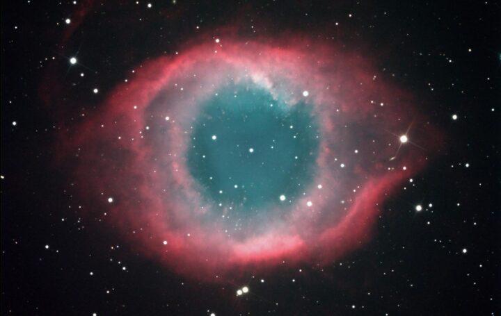 NGC 7293: grösster planetarischer Nebel am Himmel, Sternbild Wassermann, Helixnebel genannt, Überrest einer Sternexplosion (Supernova) am Ende des Sternenlebens; aufgenommen 2014 in Namibia mit 40cm Spiegelteleskop mit 2.4m Brennweite, RGB ca. 4h Gesamtbelichtungszeit. Entfernung «nur» ca. 700 Lichtjahre (Foto: Marcel Süssli).