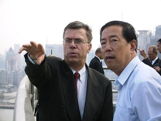 2006: Mit dem Vertreter der Shanghaier Stadtentwicklung erhalten wir einen Einblick in die Uferentwicklung des Huangpu-Flusses, der Lebensader Shanghais