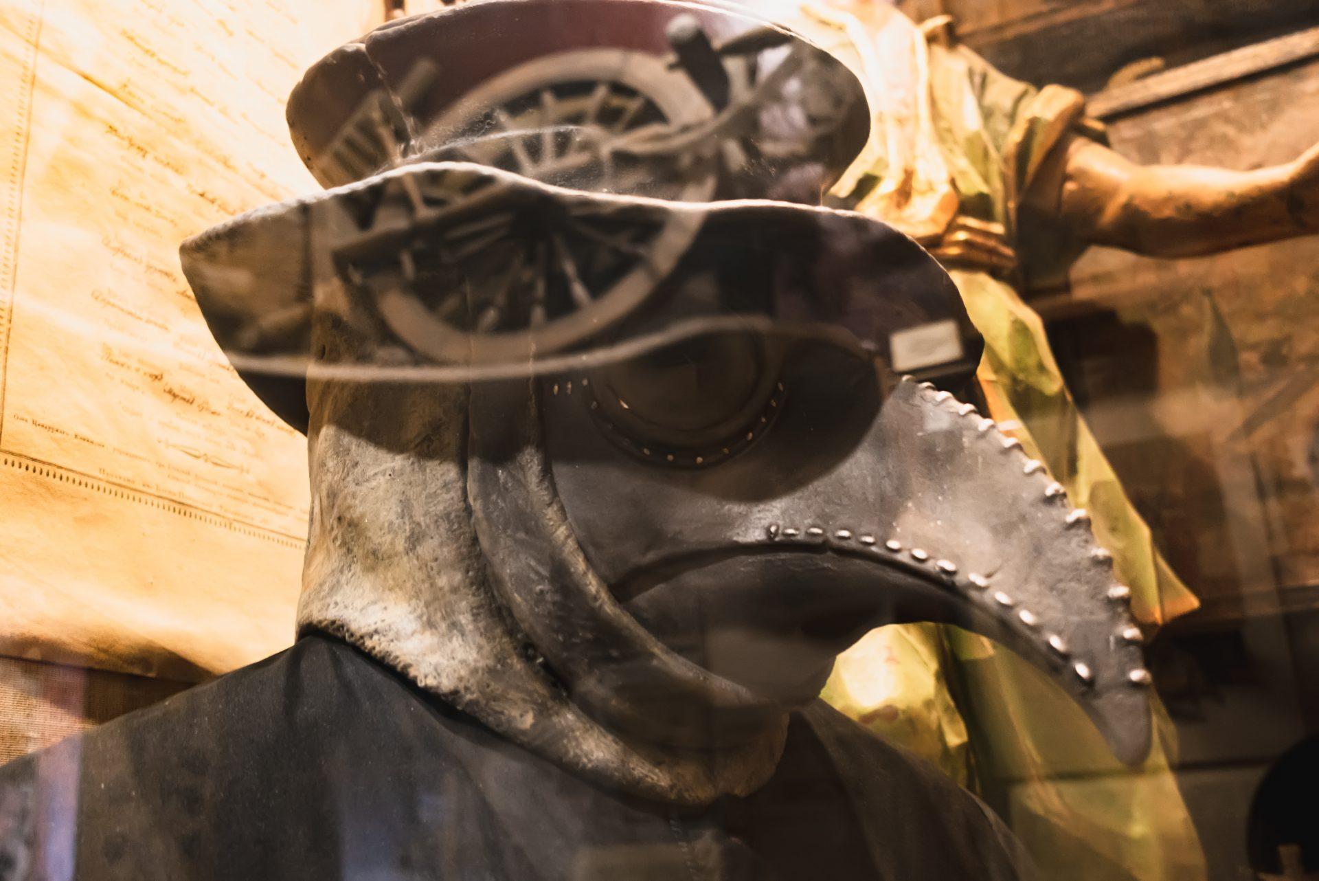 Maske mit Schnabel – Schutzbekleidung aus dem Mittelalter bei Pestausbruch in Grindelwald
