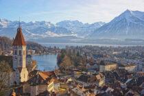 Panorama Stadt Thun am Thunersee mit Alpen – wo Thomas H. Zurbuchen (Associate Administrator NASA) aufwuchs