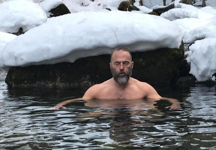 Jan Pekarek Eisbad im Giessbach mit Schnee